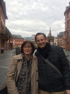 Autor Peter Jackob und Stadtführerin Christiane Deris bei einer Krimitour durch die Mainzer Altstadt