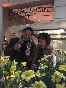 Autor Peter Jackob und Stadtführerin Christiane Deris beim Mainzer Weinhaus Michel